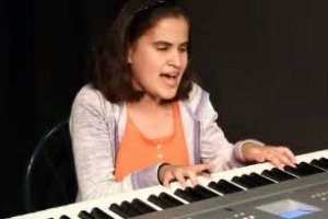 PERSONA CIEGA TOCANDO PIANO