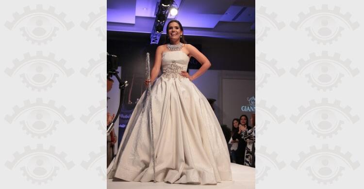 Francina con detalles en cristales baston en desfile novia Giannina Azar