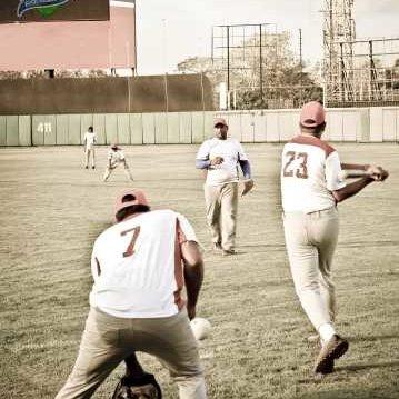 Personas jugando pelota en estadio